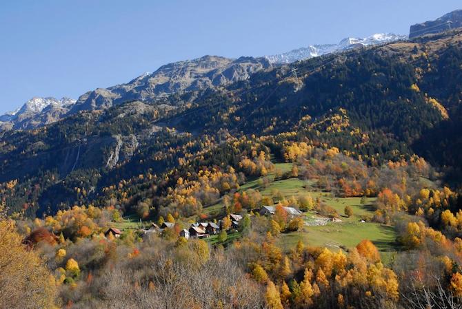 Le hameau de l'Enversin ou se trouve le Chalet 12 places en location : Camp de Base de l'Enversin