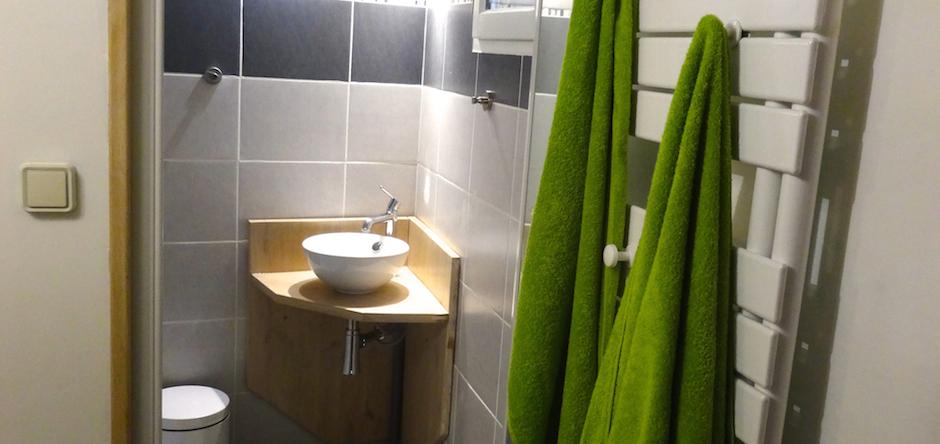 Salle de bain moderne, 2 douches avec vestiaires, 4 lavabos, 1 WC